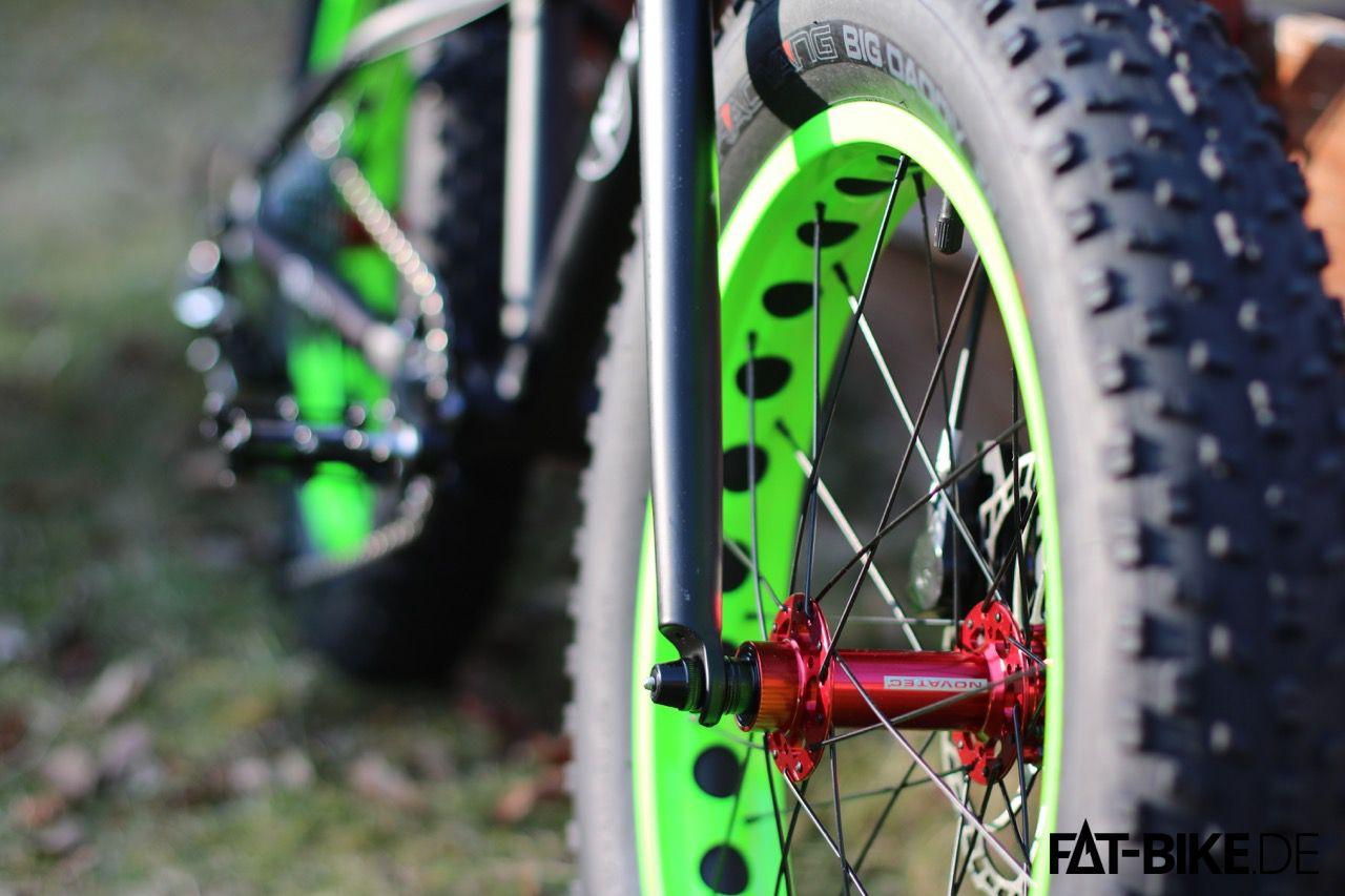 Selbst an den kleinen KUbikes, FATte Laufräder mit roten Novatec-Naben.