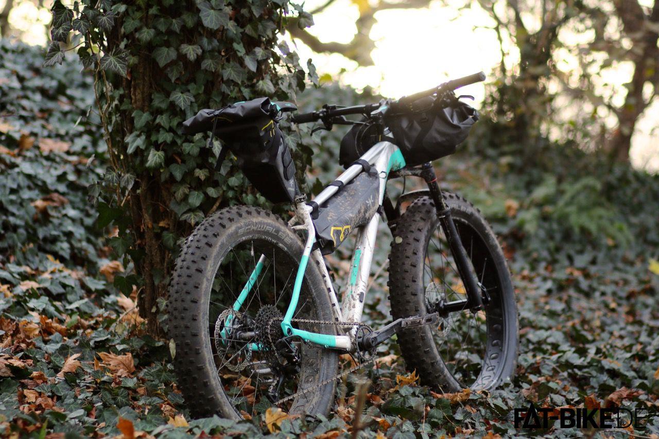 Der Sonne entgegen, und mit Apidura Bikepackung Taschen alles Notwendige dabei.