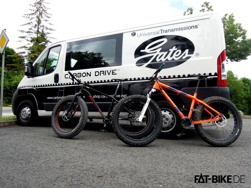 Specialized FatBoy Expert und Nicolai Argon FAT Pinion vor dem Gates Bus