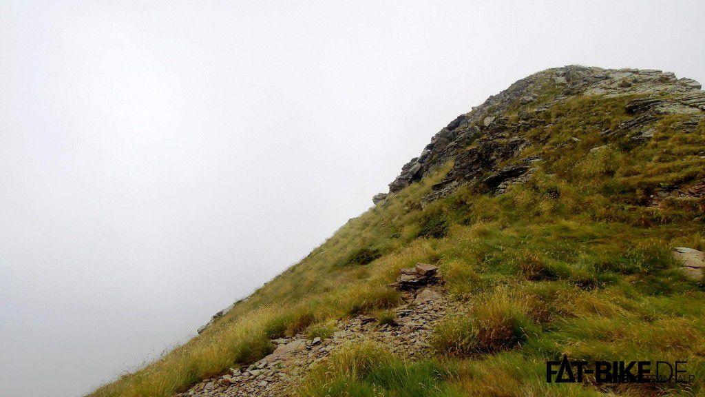 Vernebelter Blick zum Gipfel des Monte Legnone