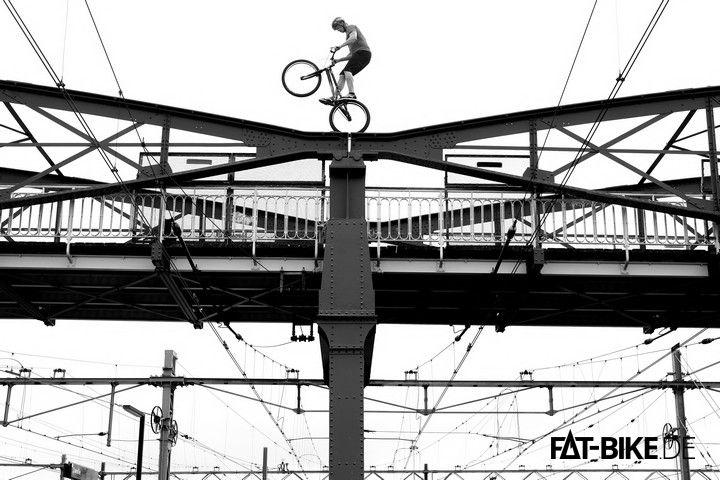 Cooler Brückenstunt! (Quelle: Rick Koekoek)