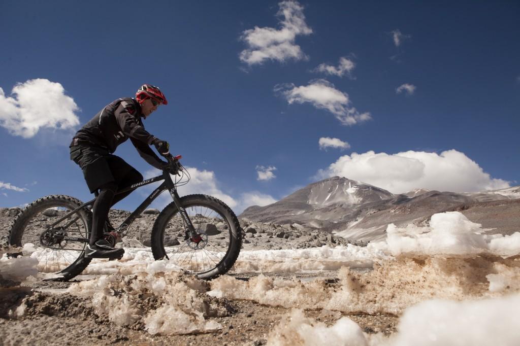 Am 16.10.2014 um 18:02 Uhr chilenischer Ortszeit war es geschafft. Der Mühlhäuser Extremsportler Guido Kunze erkletterte mit seinem Fat-Bike 6233 Höhenmeter und setzte so eine Weltrekordmarke auf dem Ojos del Salado dem höchsten Vulkan der Welt. In 37 Stunden 11 Minuten und 12 Sekunden erfüllte sich der 48-jährige Thüringer auf dem Südamerikanischen Kontinent einen Traum. Dabei legte er mit seinem Spezial-Fat-Tyer-Bike 342,77 Kilometer zurück und überwand 6899 Höhenmeter. Guido und das gesamte Team haben Dank der guten Vorbereitung alles prima überstanden. Foto: Christian Habel