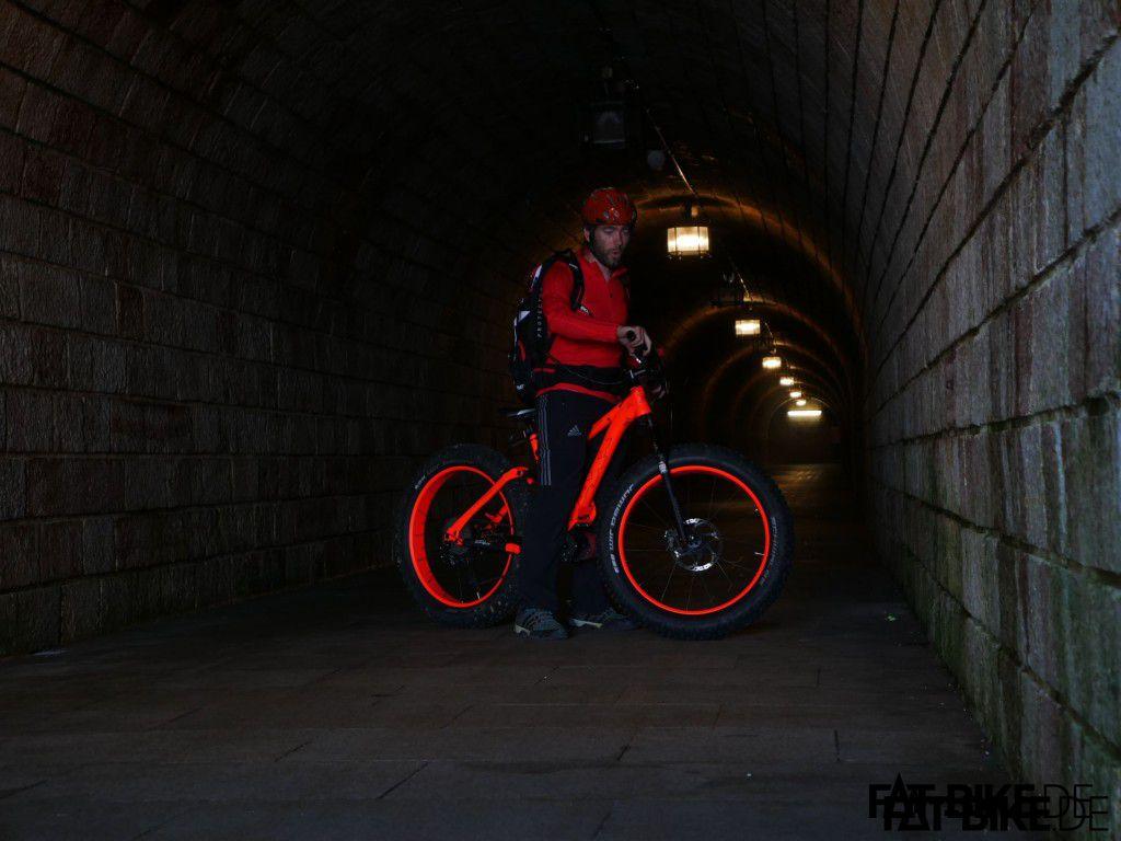 Kein Blitz, kein Photoshop. Das Bike leuchtet tatsächlich im Dunkeln!