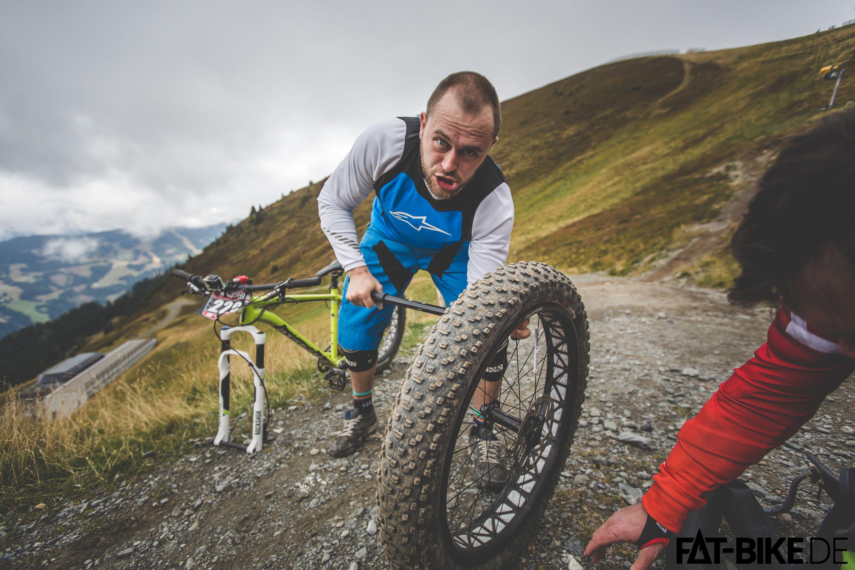 Ein Freund, ein guter Freund... Tobi pumpt Matts Reifen auf.
