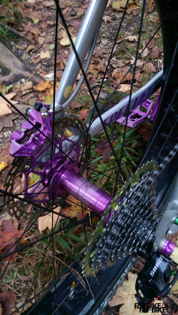 Rahmen abgestrahlt, und violette Anbauteile verbaut. (Quelle: Daniel F.)