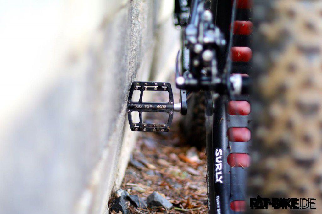 Wer hat mehr Grip: Fivetens auf NC17 Flat-Pedals oder Surly Lou im Schlamm?!