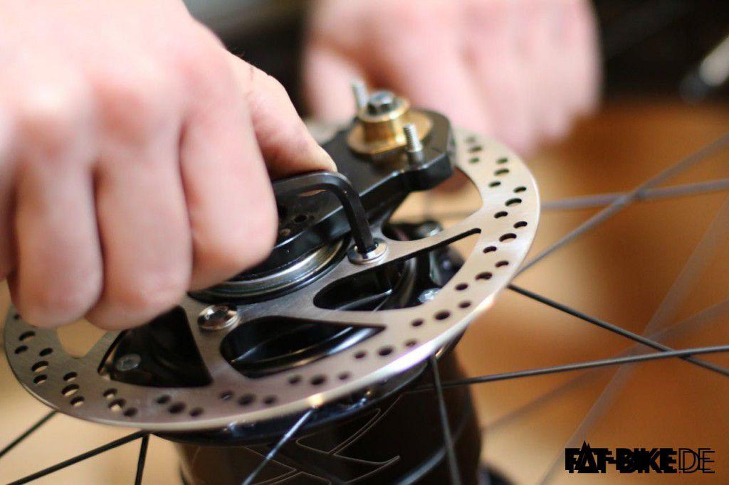 Bremsscheibe mit 4 Schrauben anschrauben