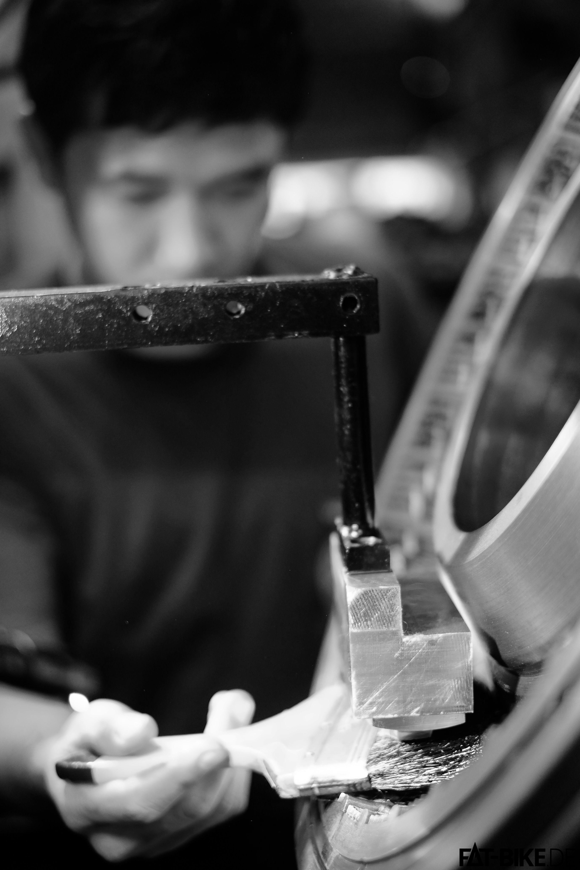 Traditionell und modern: Fertigung von Reifen (Quelle: Vee Rubber Co. LTD)