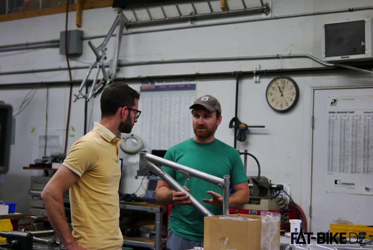 Dan begutachtet einen Prototypen, den Joe ihm in die Hand drückt. Freigegeben!