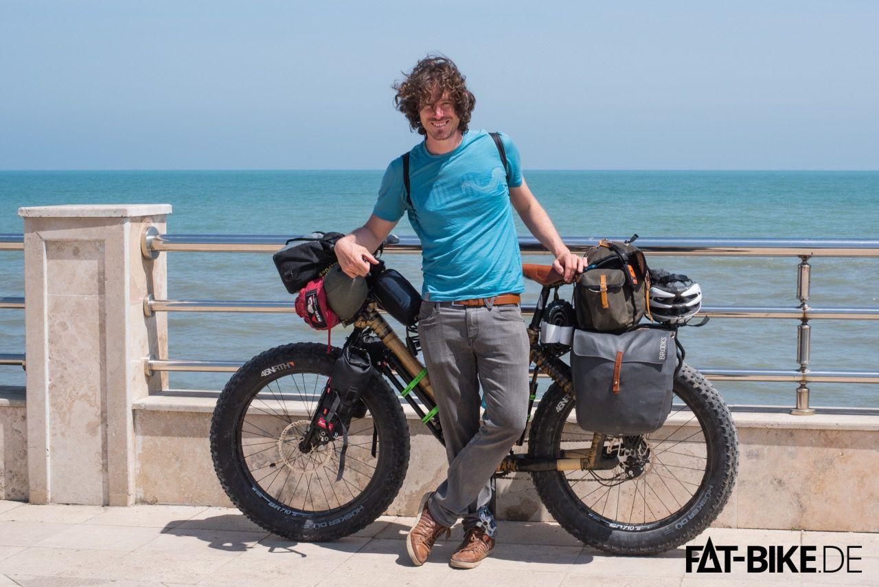 Thomas, Bambus FATBike. jede Menge Gepäck, und alles zusammen in Aserbaidschan