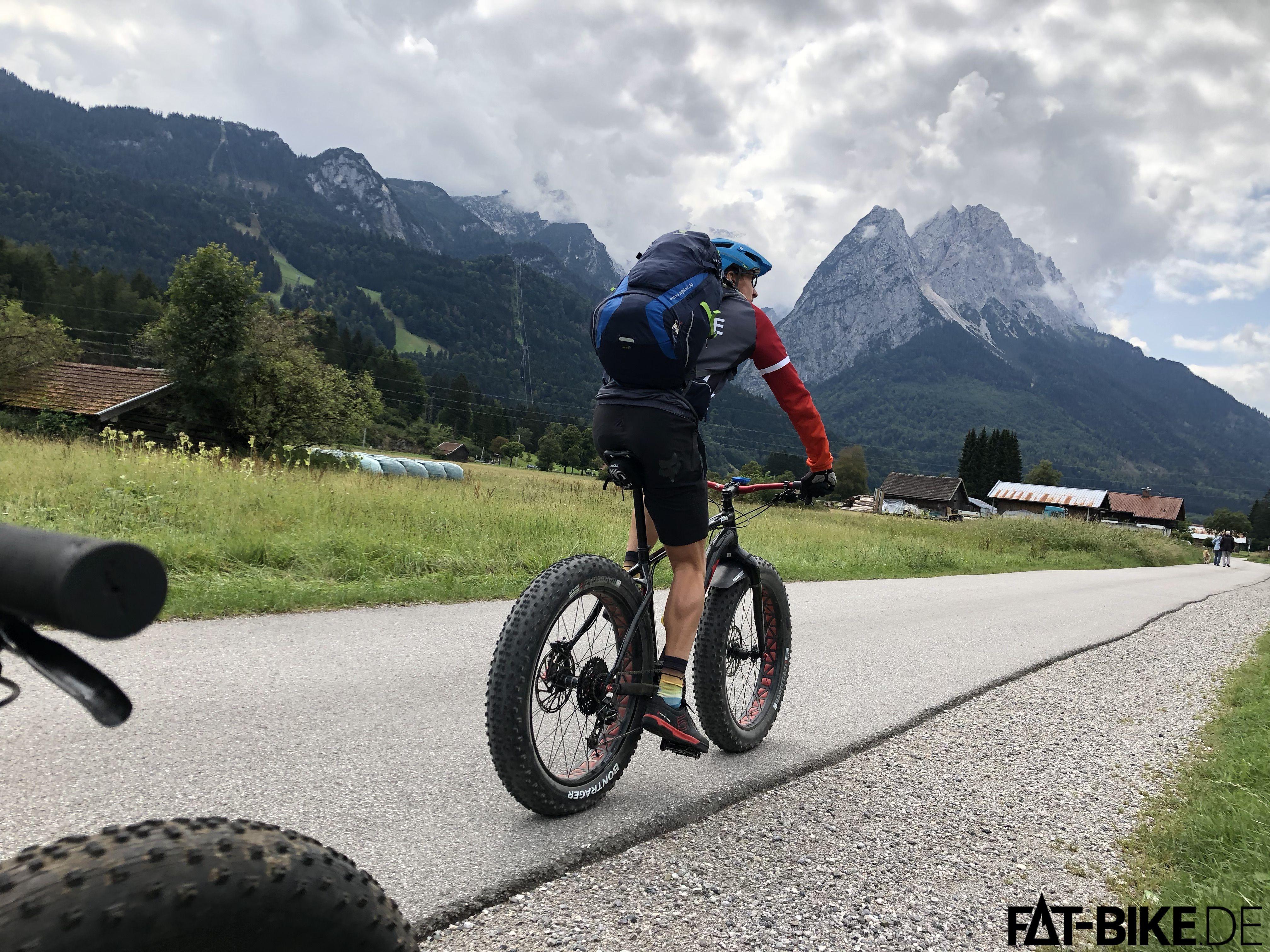 Hinter und, die Zugspitze. Vor uns, ein anderer Berg. Wir, auf Asphalt-Radweg, auf der Albrecht Route.