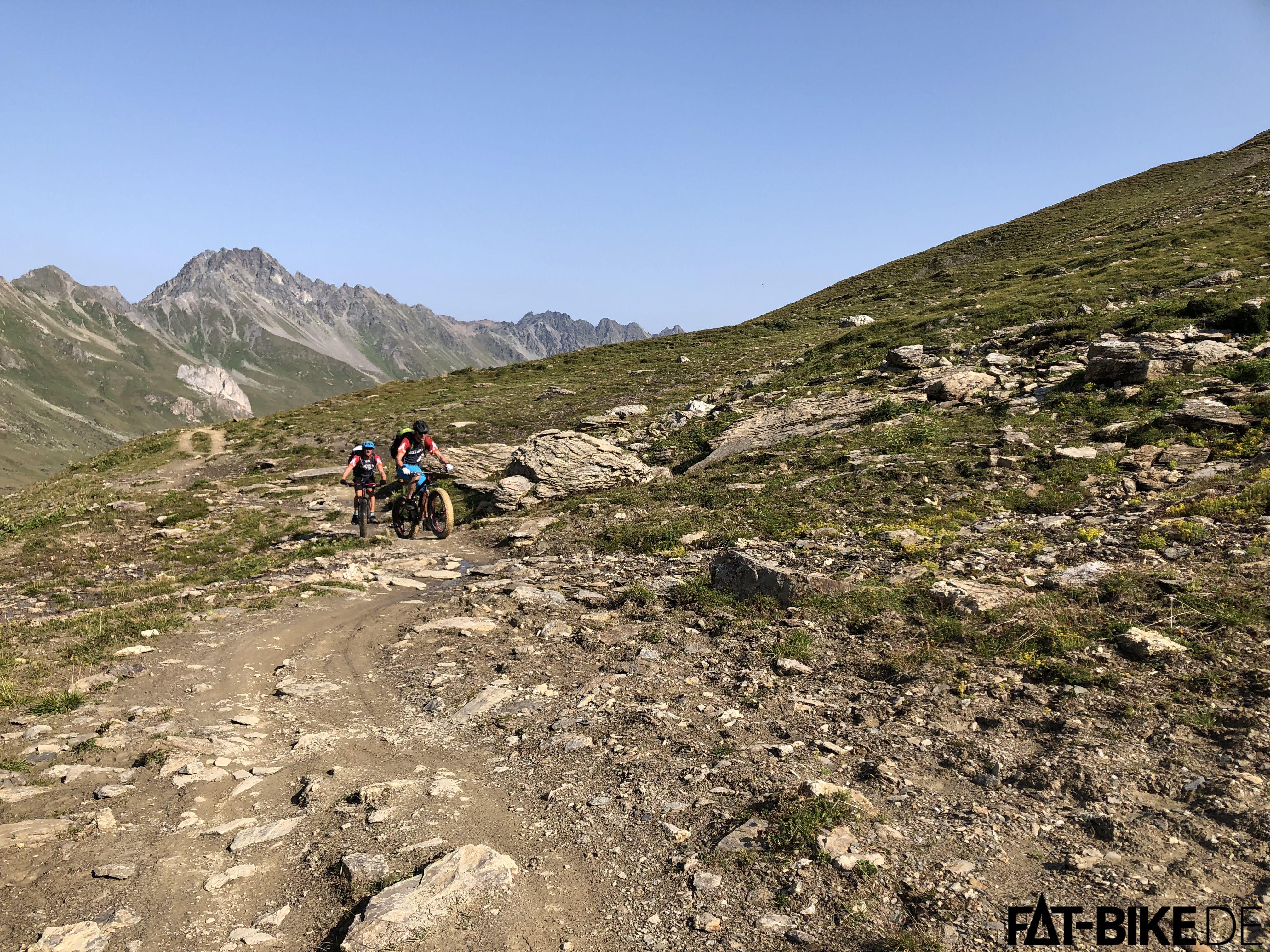 Die Vorfreude auf einen hoffentlich FATten Trail auf der anderen Seite des Passes trieb uns an.