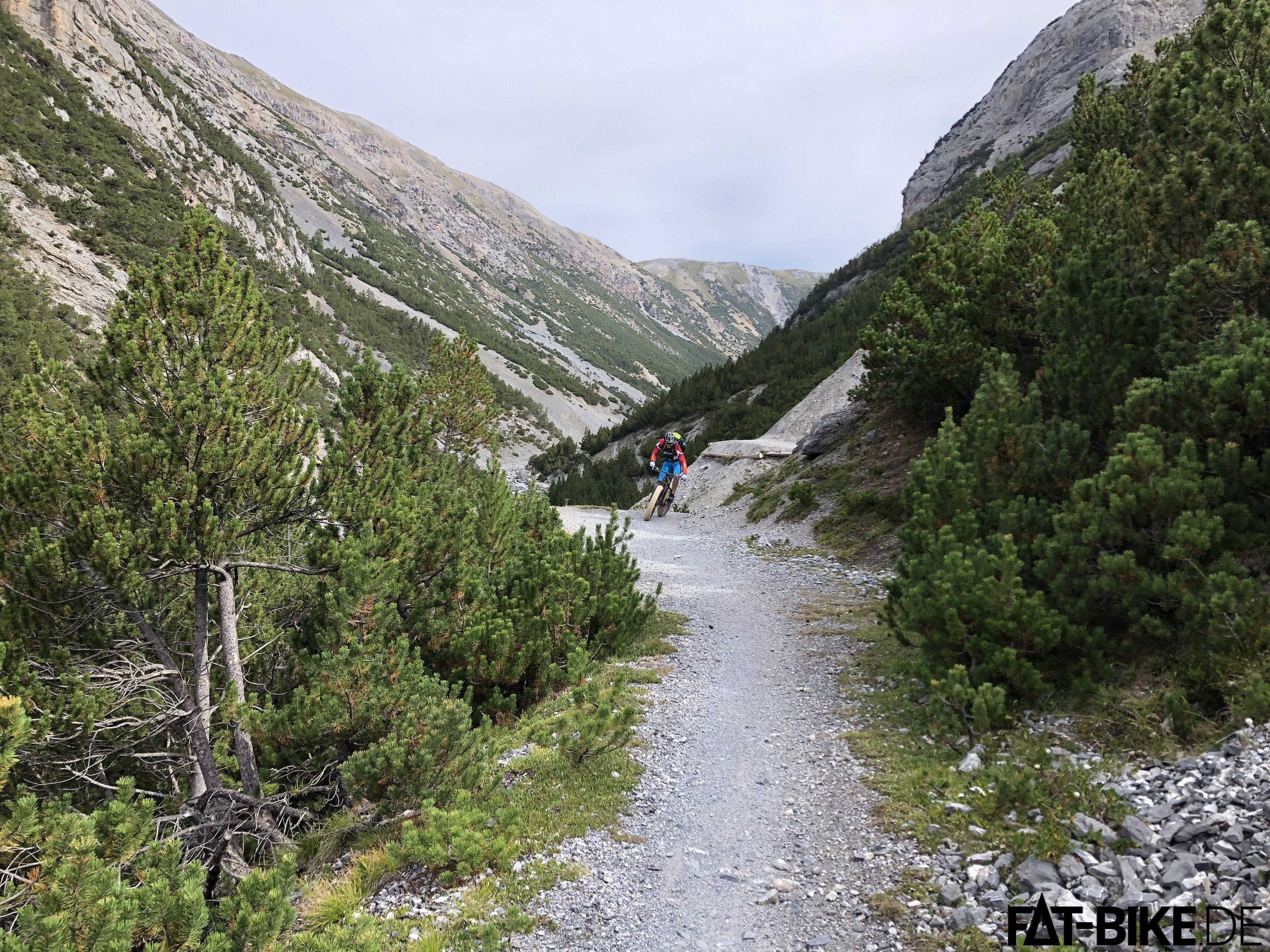 Geschmeidig windet sich der schottrige Trail durch das Tal