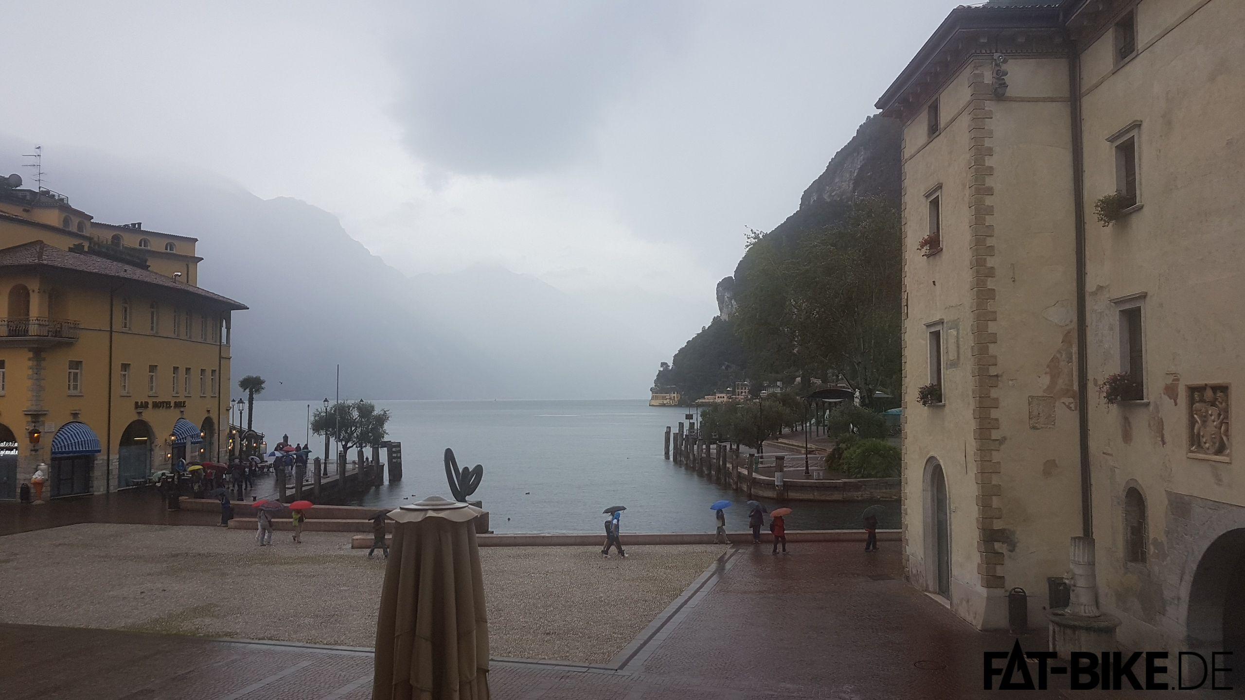 Riva, Regen, die Haare sitzen.