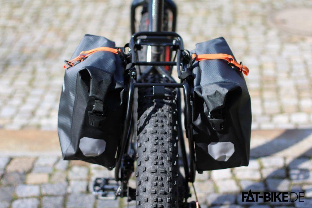 Mit den Ortlieb Bikepacking Gravel Pack Gepäckträger Taschen kriegt das FATBike auch breite Schultern