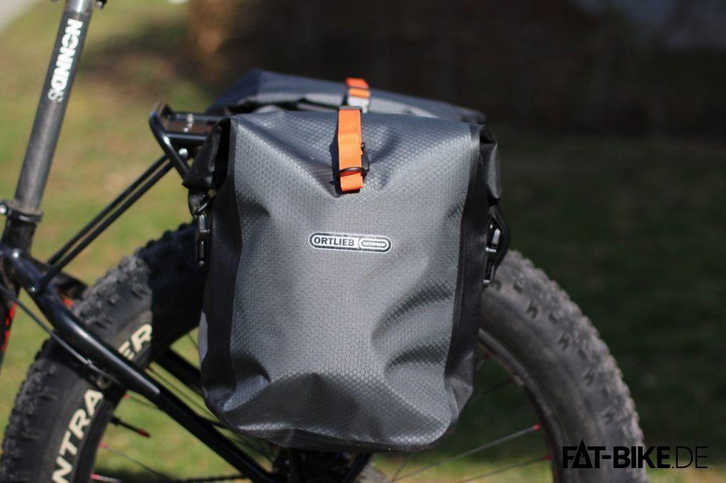 Klein, grau und wasserdicht kommt das Gravel Pack aus Ortliebs Bikepacking Serie daher.